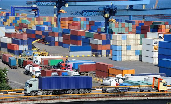 Przewóz towarów z Chin – co wybrać pociąg, kontenerowiec czy samolot?