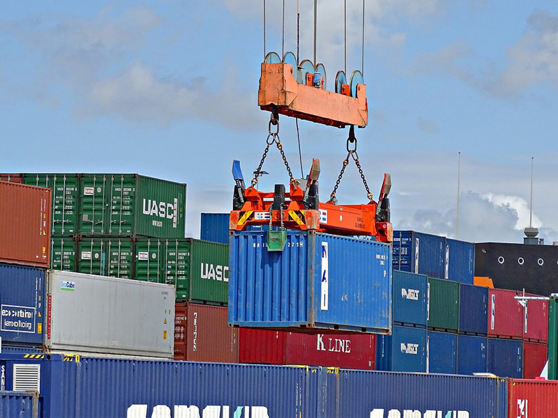Samolotem, pociągiem czy statkiem?  Jak przewozić towary na dużych odległościach?